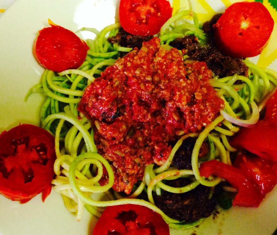 Spaghetti di zucchine e cetrioli con ragù di nocciole